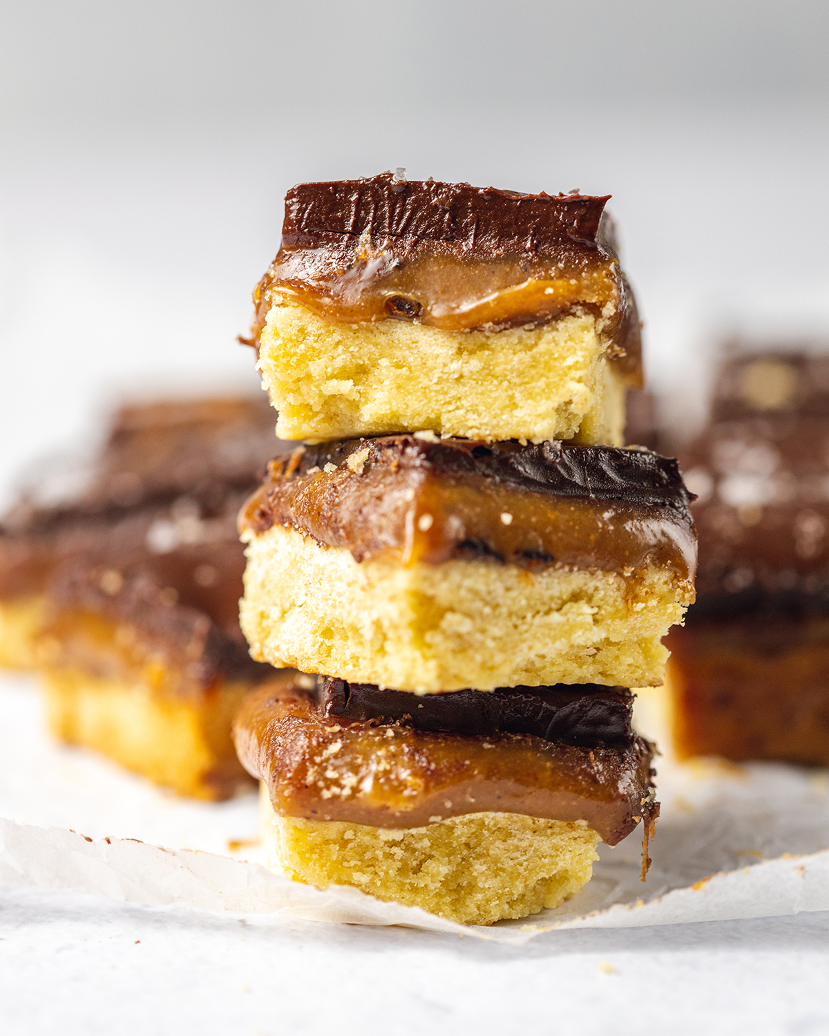 Deliciously sweet and gooey Vegan Millionaire Shortbread, created with a vegan shortbread base and tasty salted caramel made from almond butter - that's next level snacking! #shortbread #veganrecipe #millionaire #saltedcaramel